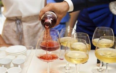 Des bouteilles de vin personnalisées pour une déco de mariage originale